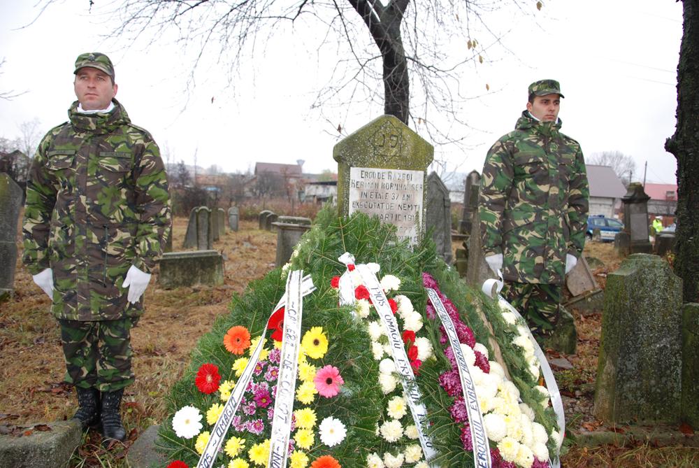 La Cimitirul Evreiesc din Târgoviște a avut loc un ceremonial militar-religios, la mormântul evreului erou, Herman Kornhauser