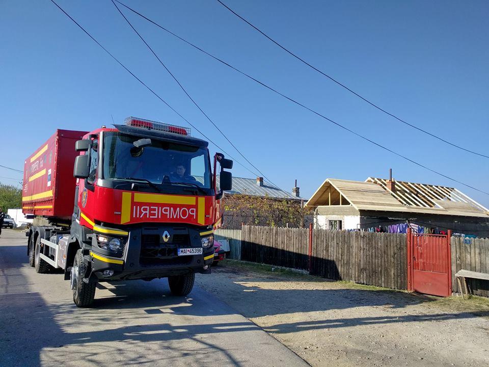 Pompieriidâmboviţeni auîntins o mână de ajutorunei familii căreia i-a ars casa