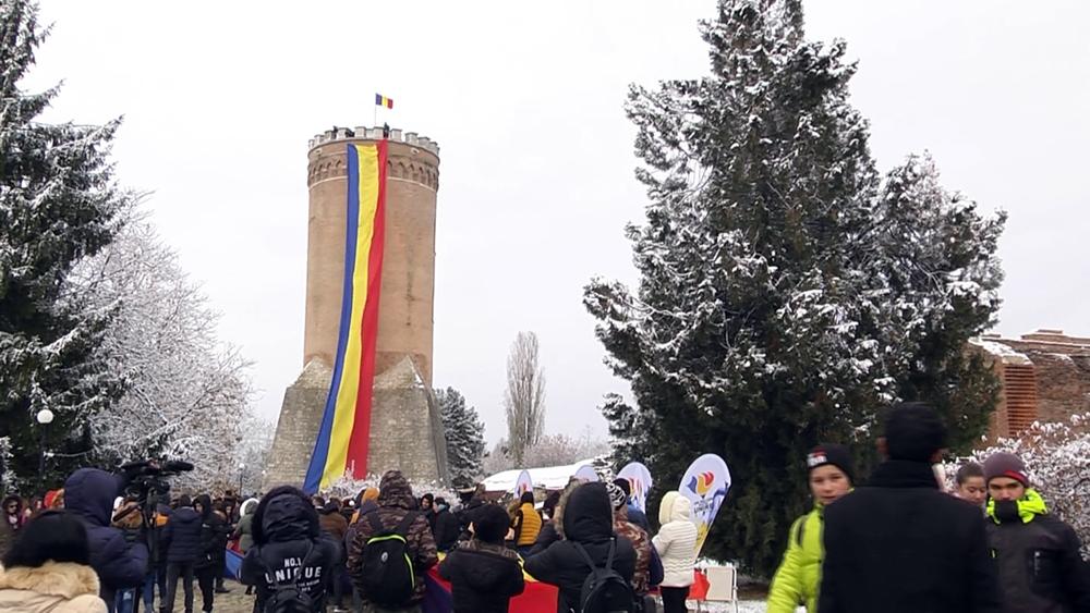 Elevi şi preşcolari au purtat cu mândrie pe brațe un drapel lung de 100 de metri pe străzile din municipiul Târgoviște