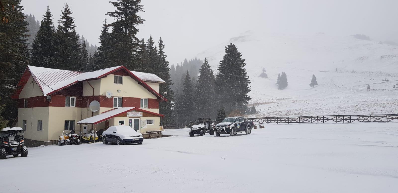 În zona Padina-Peştera, ninge şi viscoleşte iar salvamontiştii şi drumarii sunt la datorie