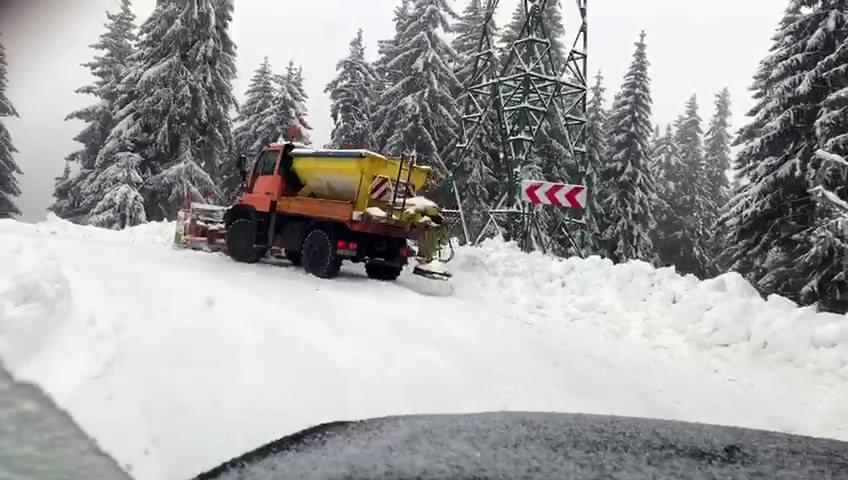 În zona Moroeni-Bolboci-Padina Peştera, iarna timidă îi ţine în priză pe drumarii de la LDP