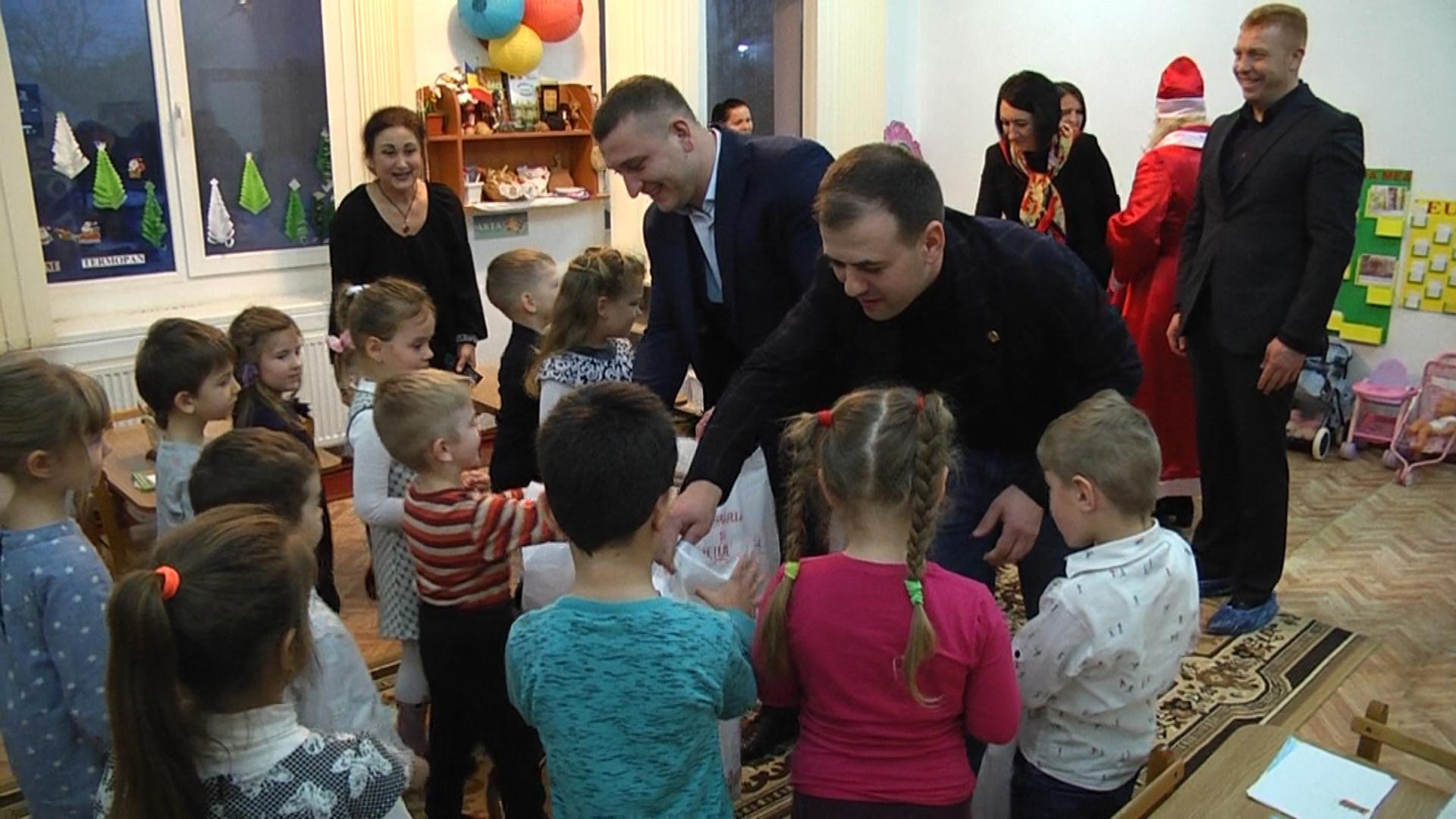Moş Crăciun de la Răzvad  a poposit la Mileştii Mici din raionul Ialoveni, Republica Moldova