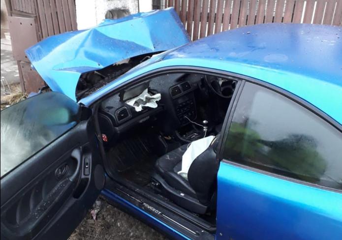 Un șofer a intrat cu mașina într-un stâlp în comuna Dărmăneşti