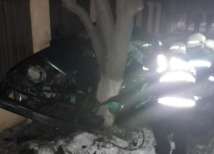 Accident la Odobeşti, a ajuns cu maşina într-un copac