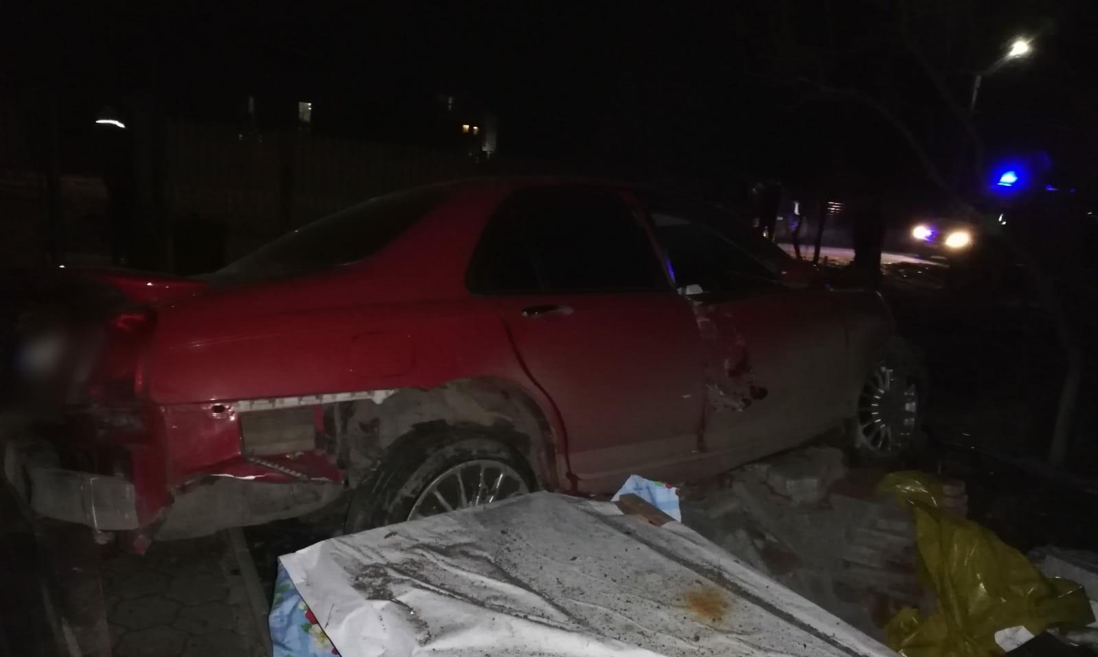 A intrat cu autoturismul în curtea unui localnic din Lazuri. Un alt şofer s-a izbit de un stâlp