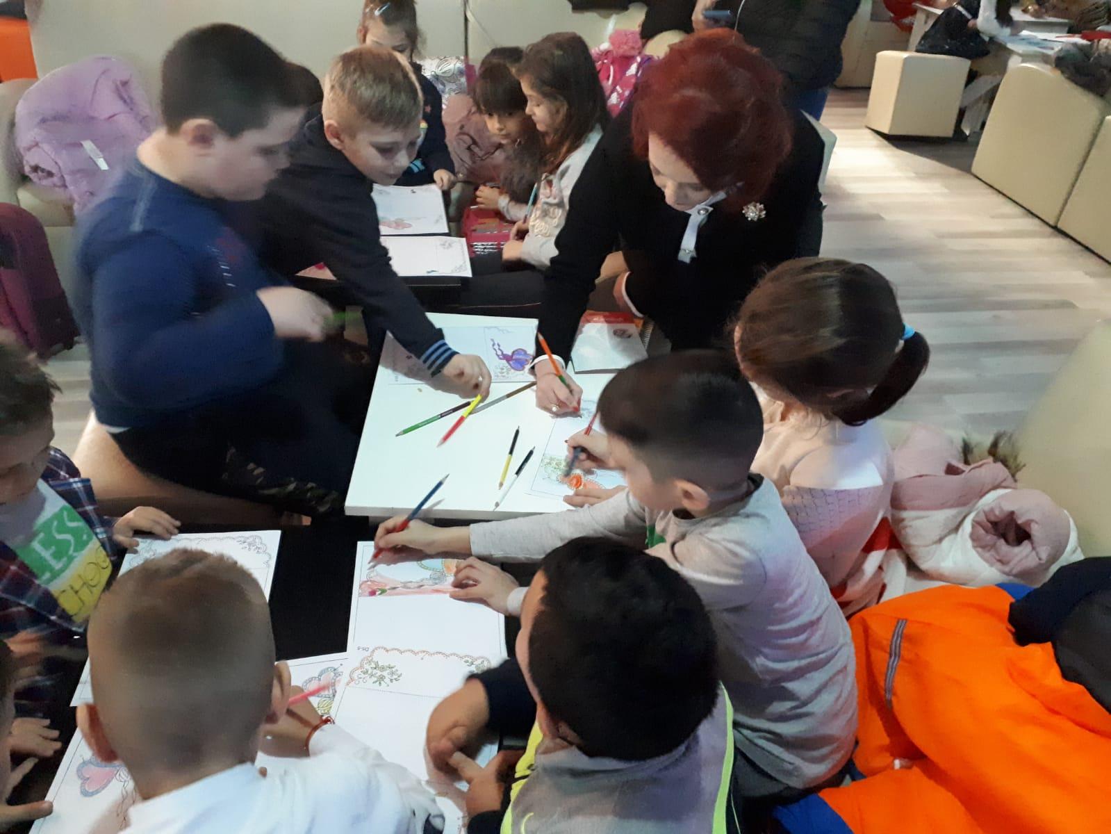 """Peste 100 de elevi de la Corneşti  şi deputatul  Claudia Gilia  la """"Atelier de creație"""""""