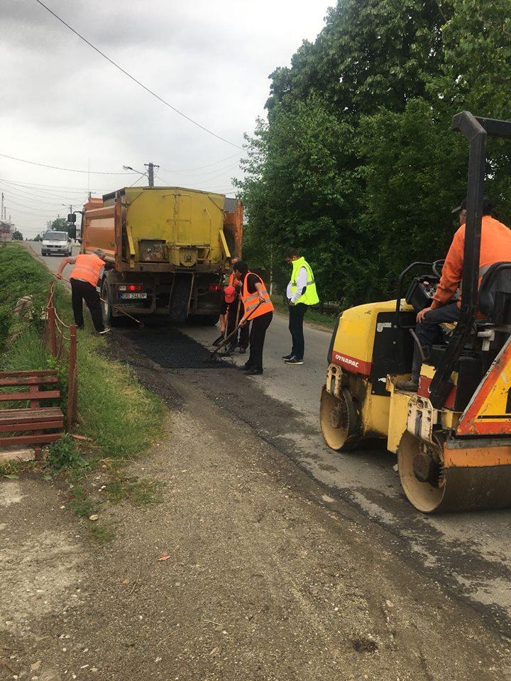 Drumarii de la LDP Dâmboviţa  s-au pus pe treabă. Lucrări de plombare a drumurilor judeţene cu probleme