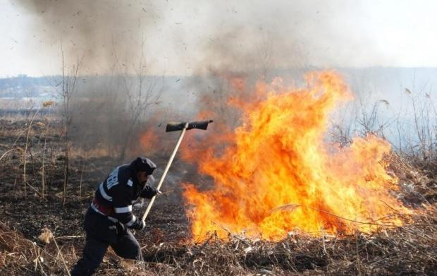 121 incendii de vegetaţie au dat de  muncă în ultima săptămână, pompierilor dâmboviţeni