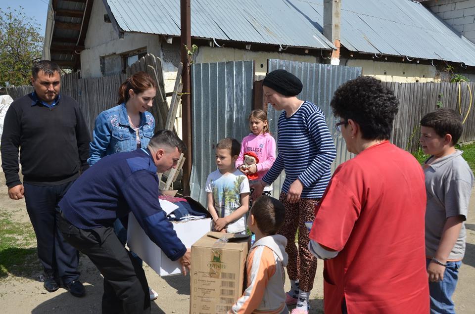 """Bucurie şi zâmbete   pe chipul copiilor   din Răcari care au primit daruri  prin proiectul  """"Îmbracă un copil de Paşte!"""""""
