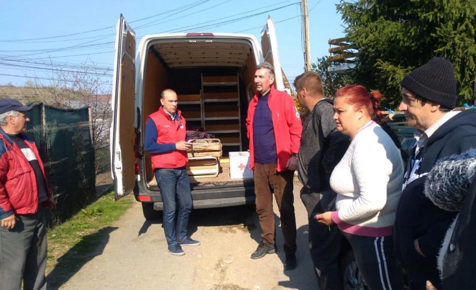 Familia  din Răzvad, rămasă  fără casă  în urma unui incendiu a primit ajutoare de la Crucea Roşie Dâmboviţa