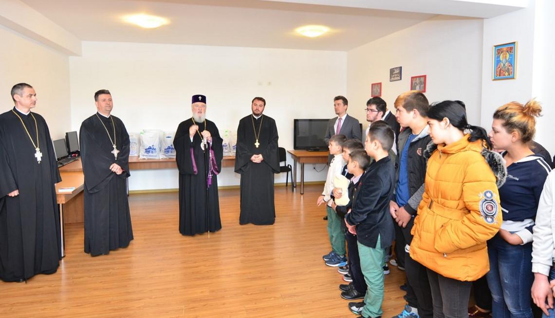 """ÎPS  Nifon a dăruit un strop de bucurie  celor 30 de copii de la Complexul """"Floare de Colţ"""" și Centrul """"Sfântul Ierarh Nicolae"""""""