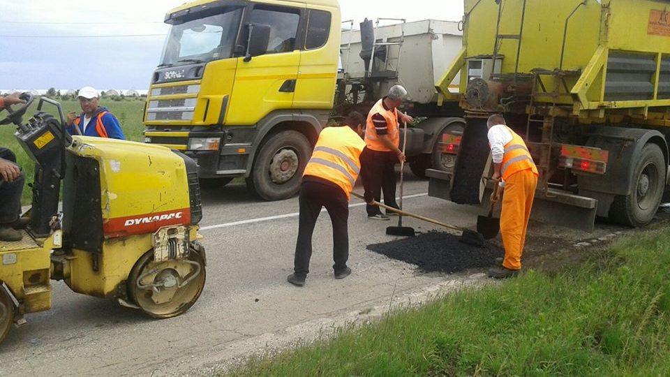 LDP continuă lucrările de reparații şi întreţinere pe drumurile judeţene