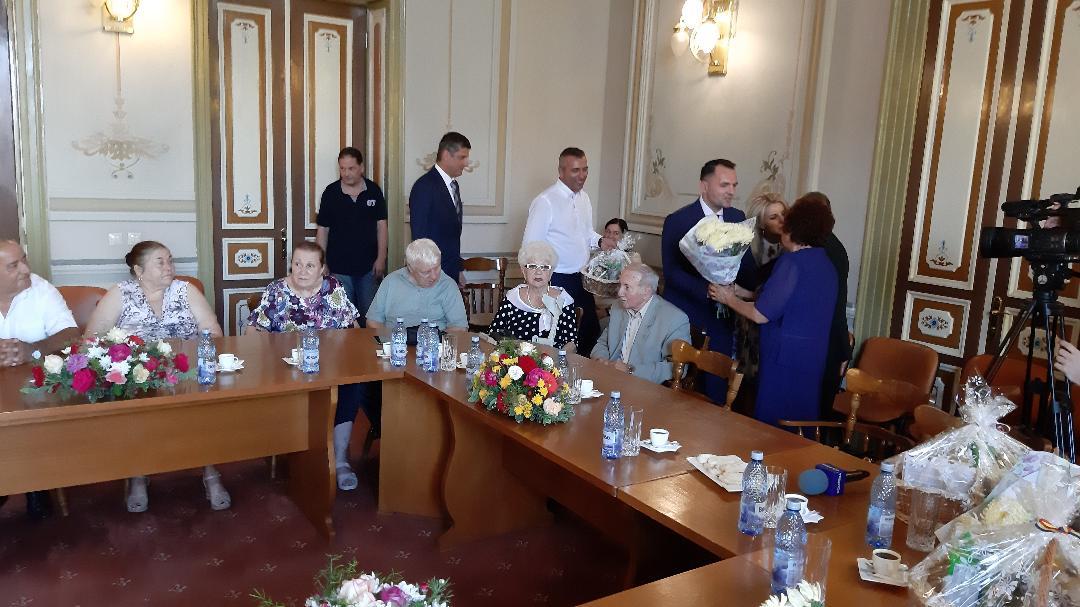 """De """"Zilele Cetăţii Târgovişte """" au  fost premiate cuplurile care au aniversat 50 de ani de la căsătorie"""