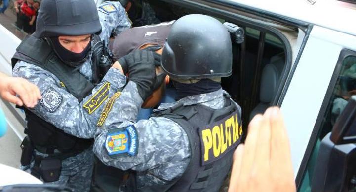 Trei funcționari din primăria Târgoviște, reținuți de polițiștii specializați în investigarea criminalității economice