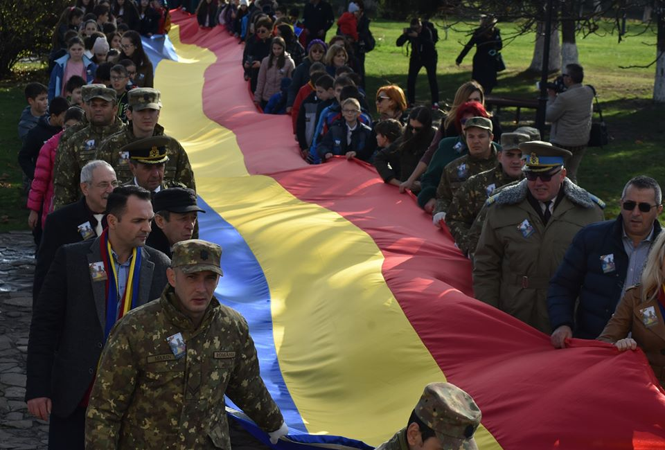 """Marşul Tricolorului, un eveniment iniţiat de Şcoala Gimnazială """"Vasile Cârlova"""" şi susţinut de Primăria Târgovişte"""