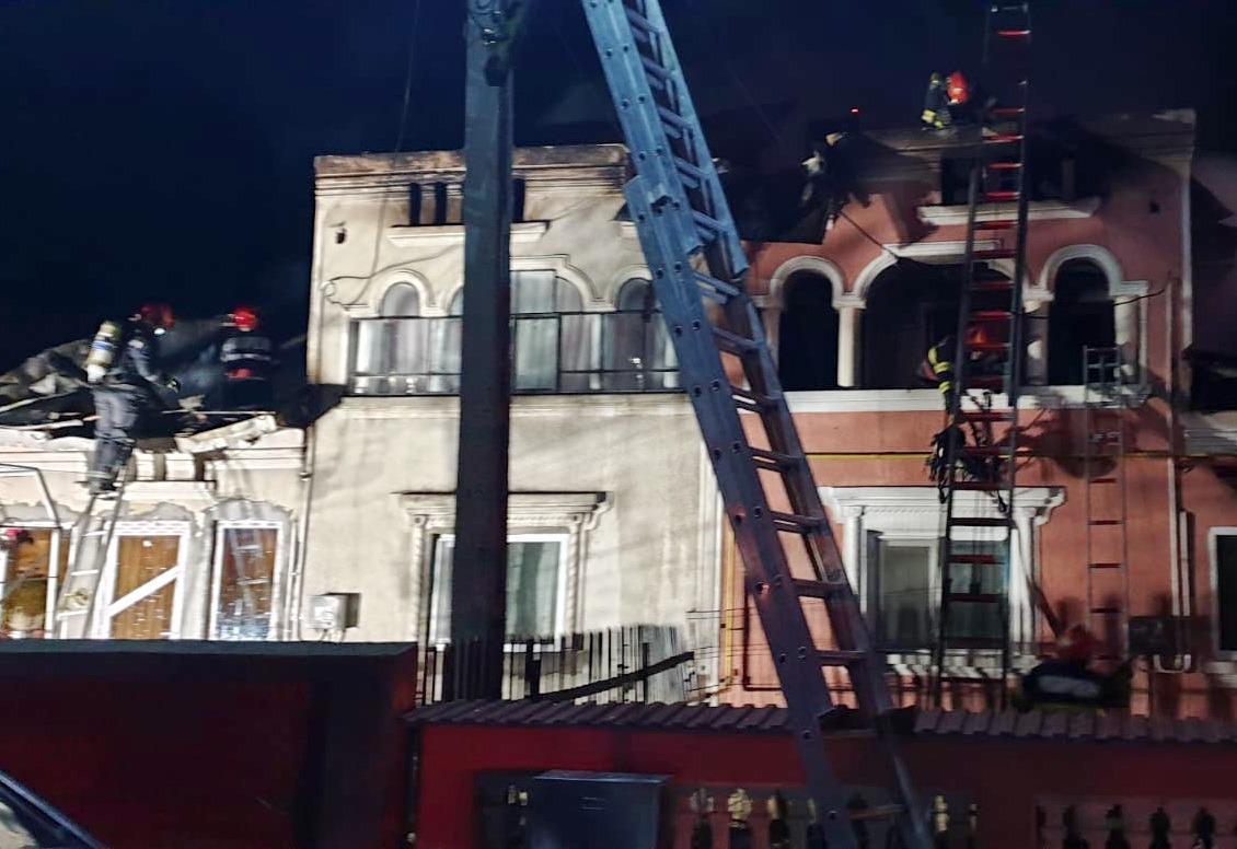 Incendiu produs la acoperișul unei locuințe din Dragomirești