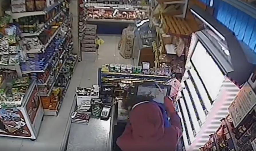 JAF  la un  magazin  din Tâtgovişte.Un bărbat cu cagulă a ameninţat-o pe vânzătoare cu un cuţit şi a fugit cu o sumă de bani
