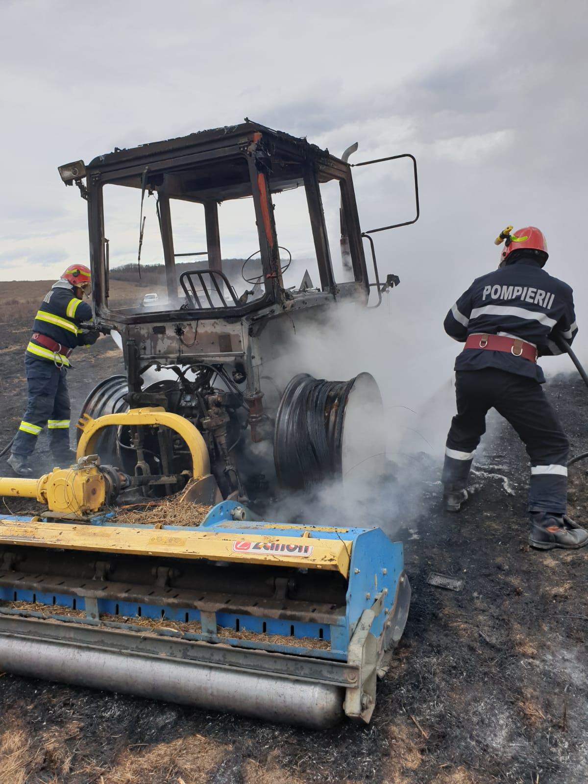Pericol:  Pompierii  au fost alertaţi pentru  stingerea  unui utilaj agricol cuprins  de flăcările unui incendiu de vegetație