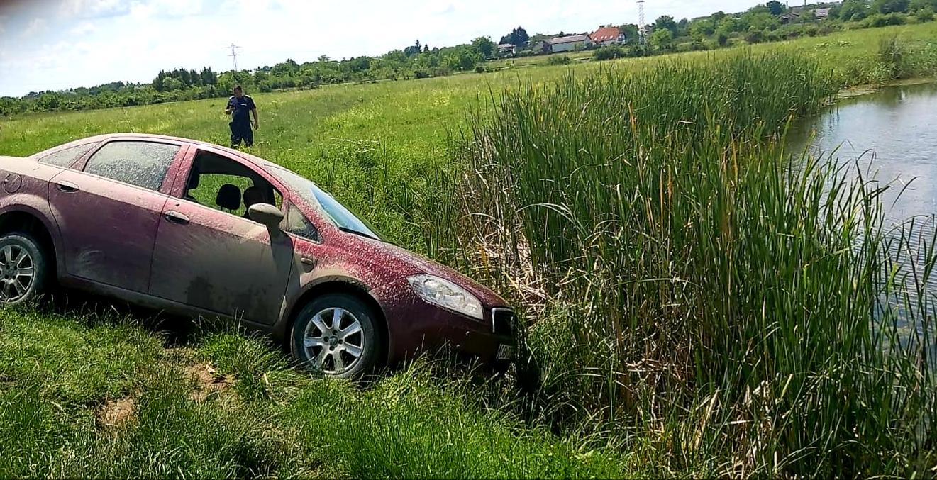 Jandarmii dâmbovițeni au intervenit prompt pentru sprijinirea unui tânăr care într-un moment de neatenție risca să ajungă cu mașina în heleșteul Răzvad.