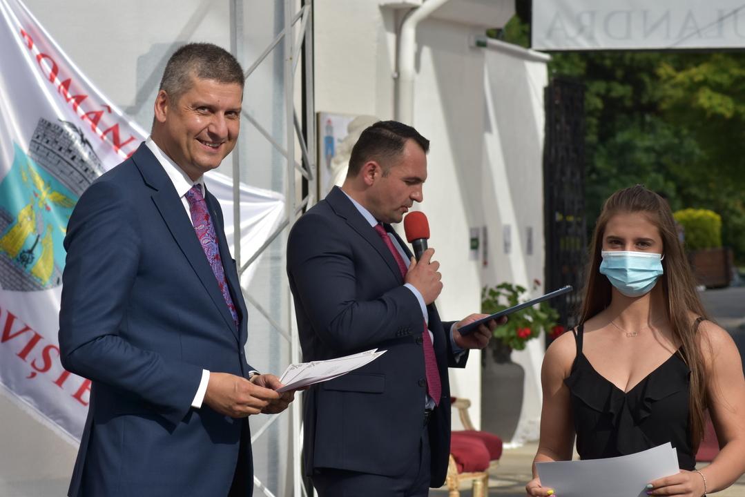 """Primăria Târgoviște a premiat, vineri, 24 iulie, în cadrul celei de-a patra ediții a """"Galei Performanței în Educația Târgovișteană"""", 38 de elevi și profesori îndrumători."""