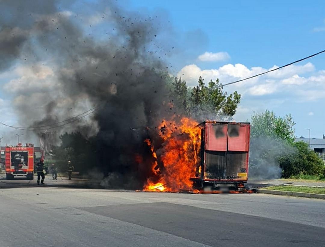 Incendiu la remorca unui autocamion pe șoseaua de centură a municipiului Târgoviște