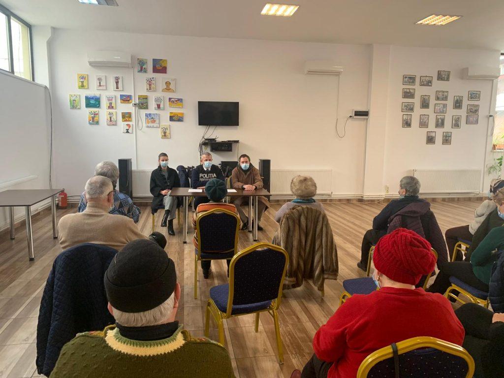 Beneficiari de la Clubul Pensionarilor Târgoviște,  informați de polițiștii de la prevenire