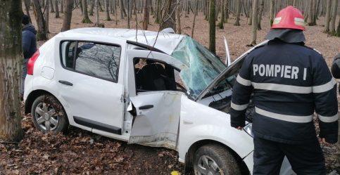 Mașină proiectată într-un copac la Ciocănești