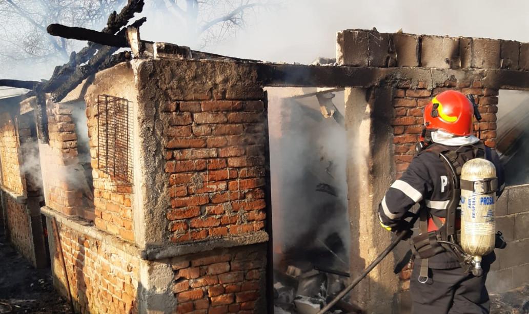 Pompierii de la Detașamentul Găești au intervenit pentru stingerea unui incendiu izbucnit la o anexă în localitatea Zăvoiu (comuna Mogoșani)