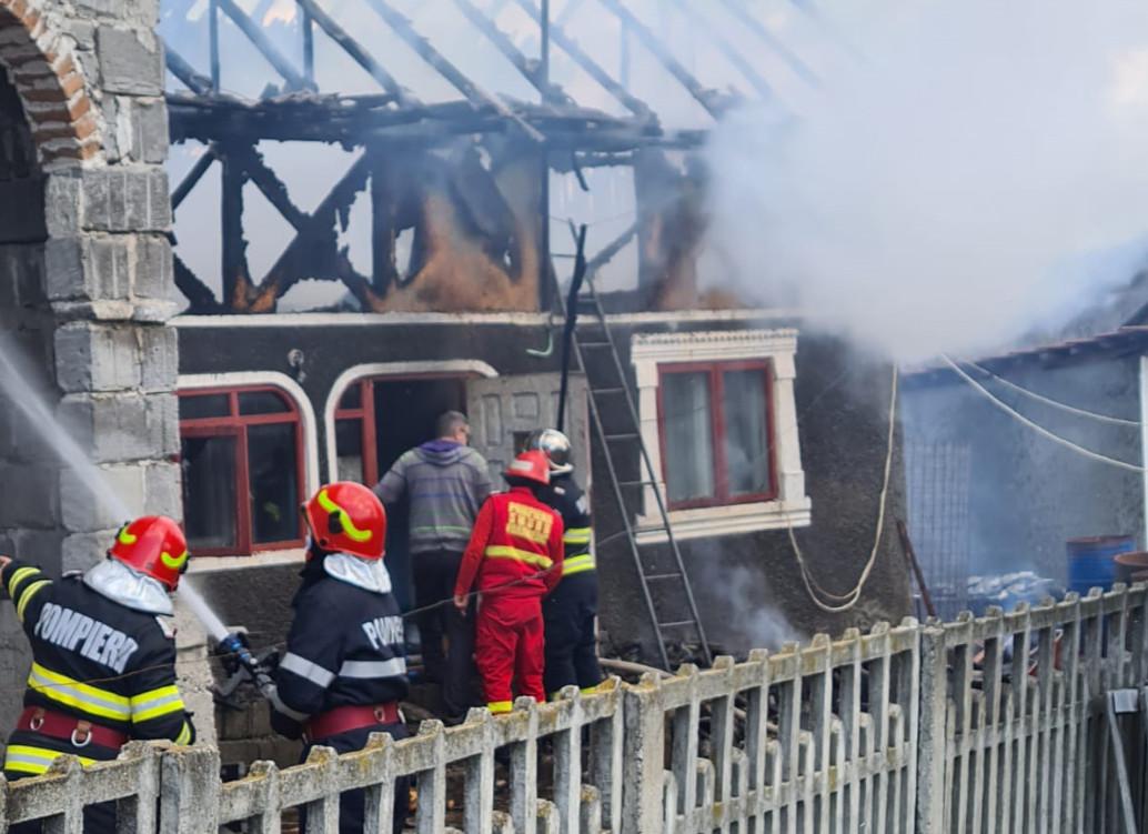 Pompierii de la Detasamentul Pucioasa au fost alertați să intervină pentru stingerea unui incendiu produs la o anexa gospodareasca din localitatea Motaieni