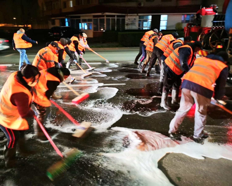 Se spală  cu detergent străzile și trotuarele din Târgoviște