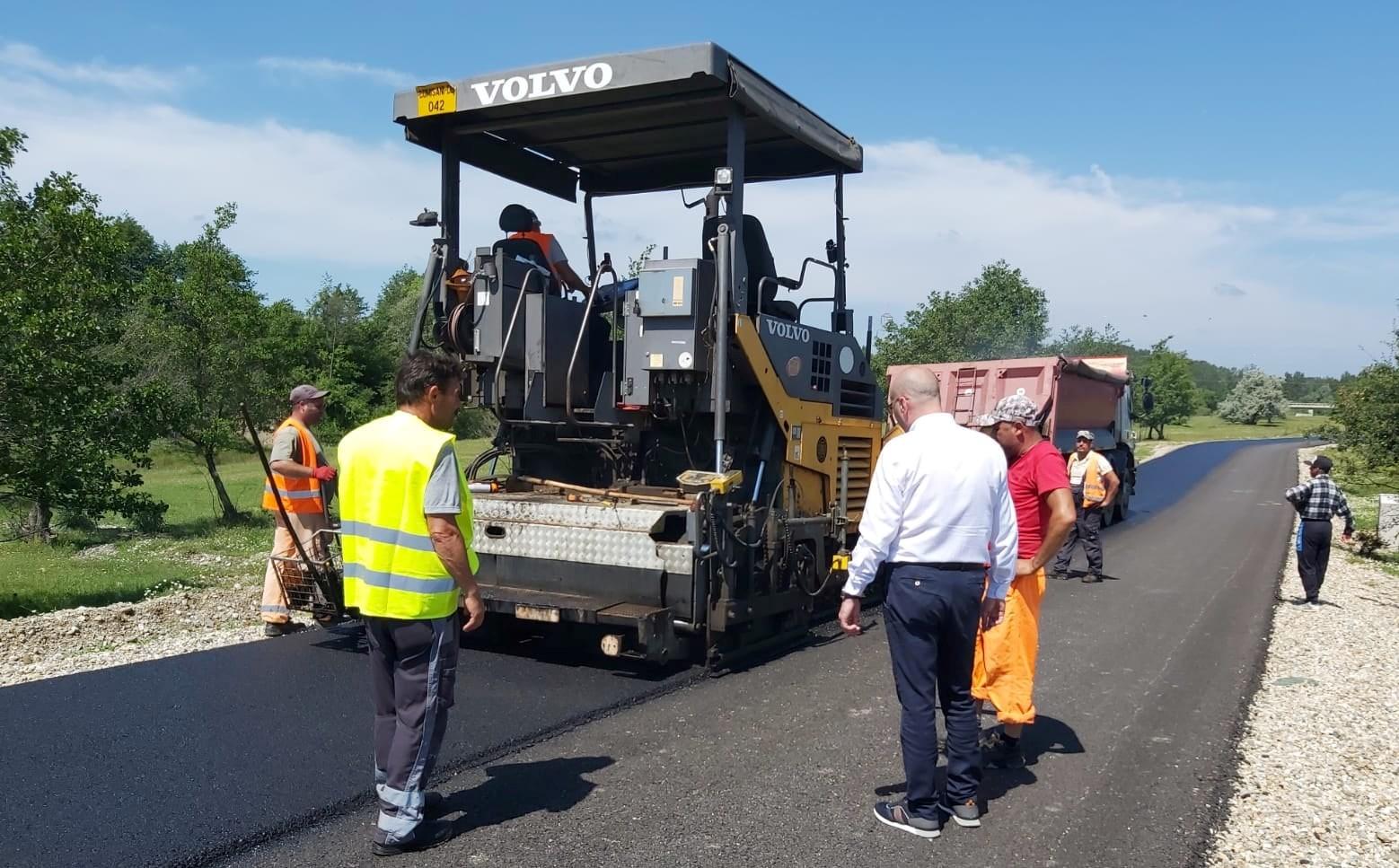 Pe DJ702D Mogoșești -Geangoești – Dragomirești, se toarnă stratul doi de asfalt