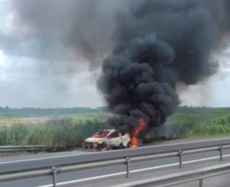 Autoturism cuprins de flăcări pe autostradă