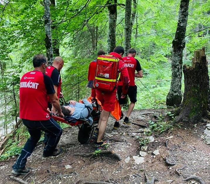 Intervenție a salvamontiștilor dâmbovițeni, turistă accidentată în Cheile Zănoagei