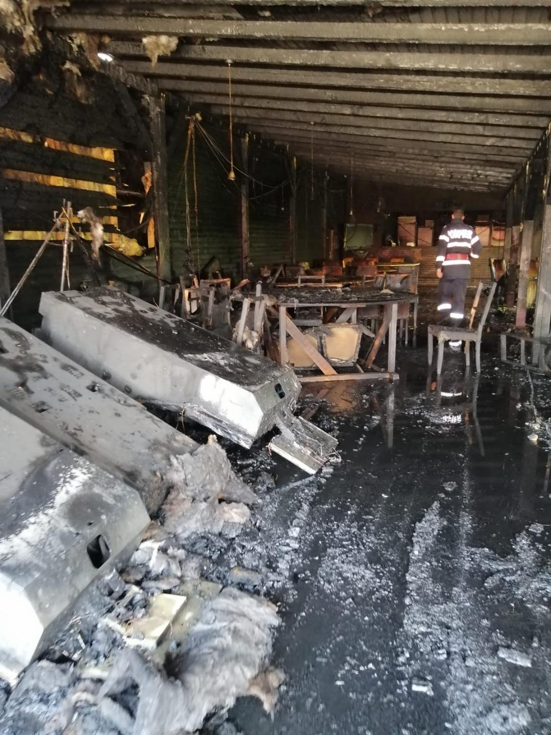 Restaurant mistuit de flăcări, în comuna Potlogi