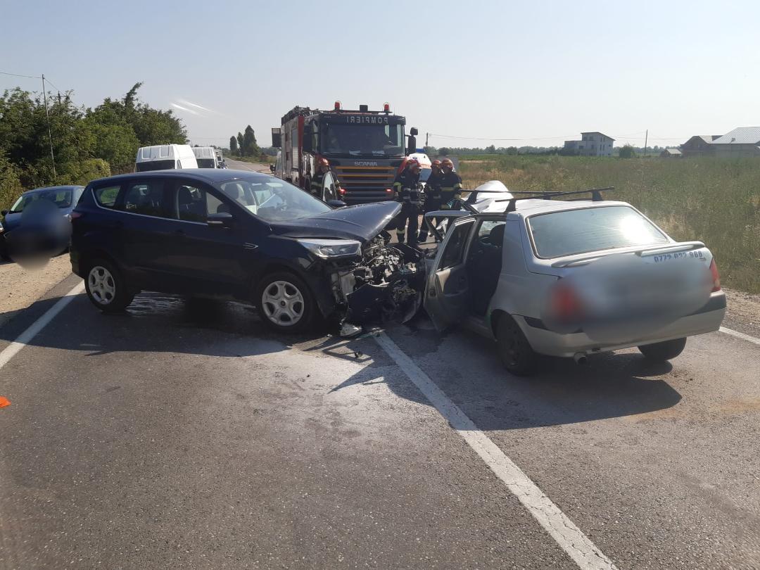 A pătruns pe contrasens și a intrat în coliziune cu alt autoturism