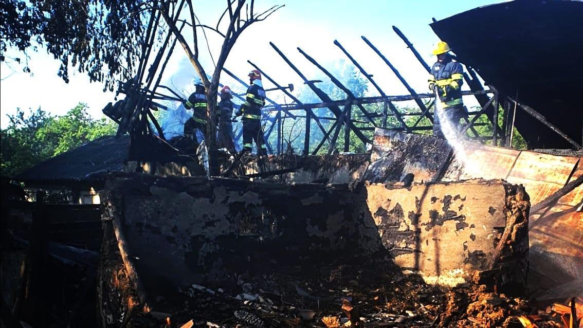 Alertă în Cornești, incendiu puternic