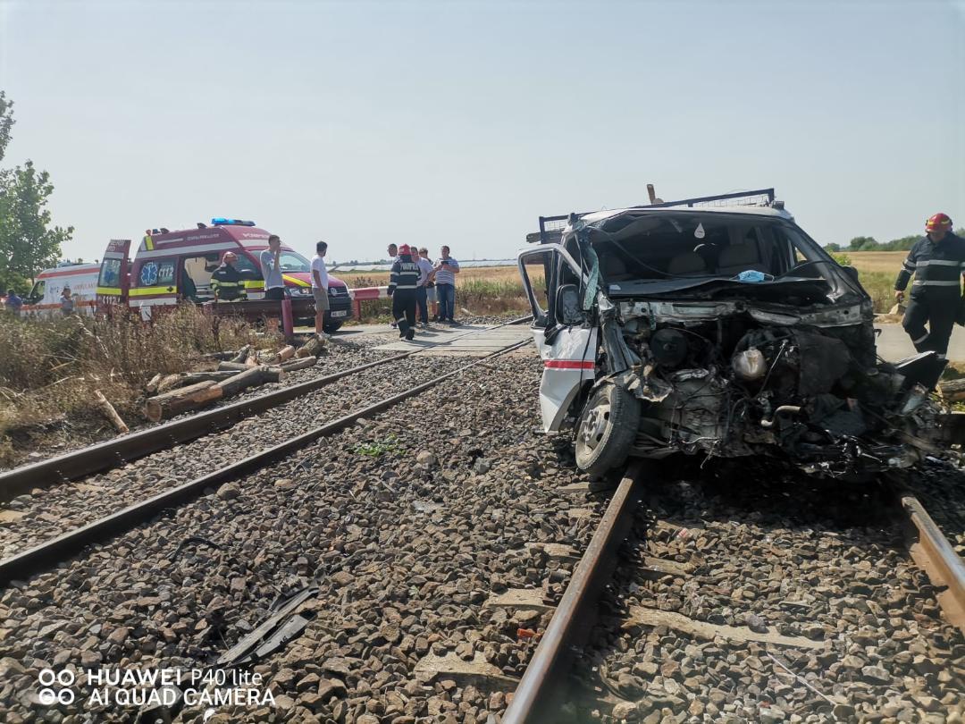 Autoutilitară lovită de un trenul Regio-Expres