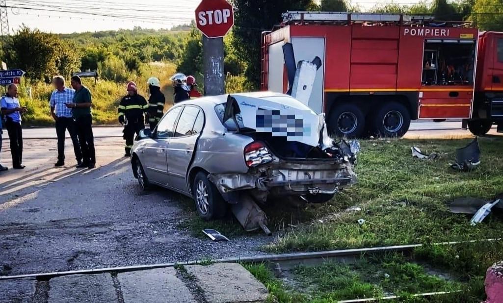 O mașină a fost lovită de tren, la Doicești