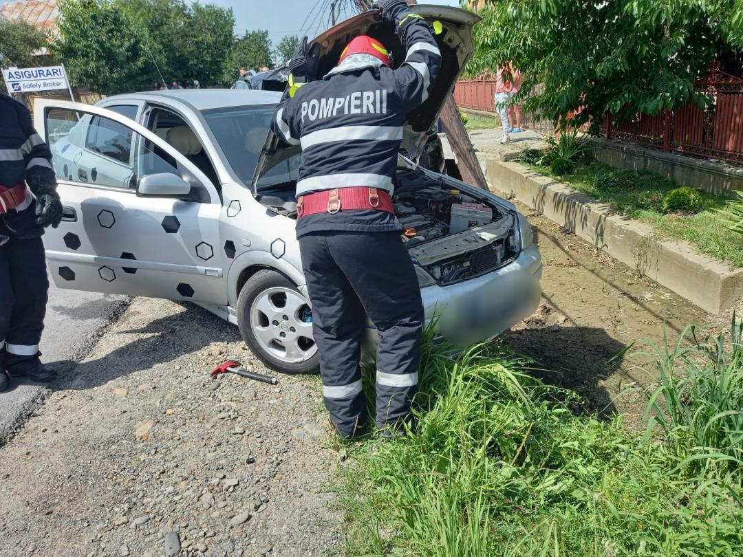 În Voinești, pe DN72A, accident cu două mașini implicate